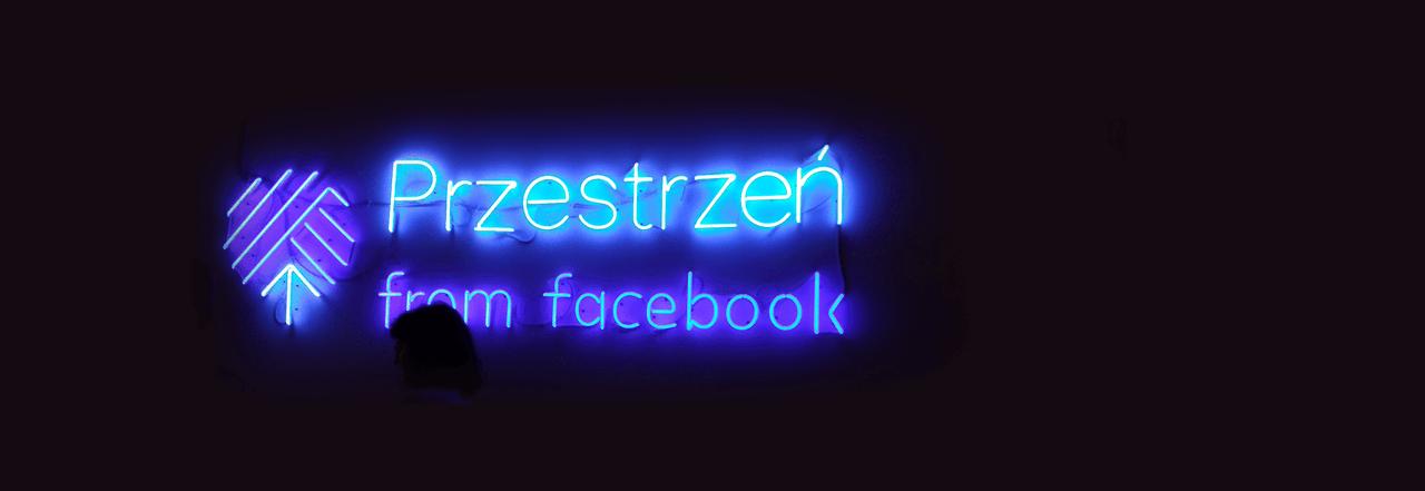 zdjęcie neonu w Przestrzeni from Facebook; napis: Przestrzeń from Facebook