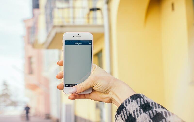 telefon z aplikacją instagram