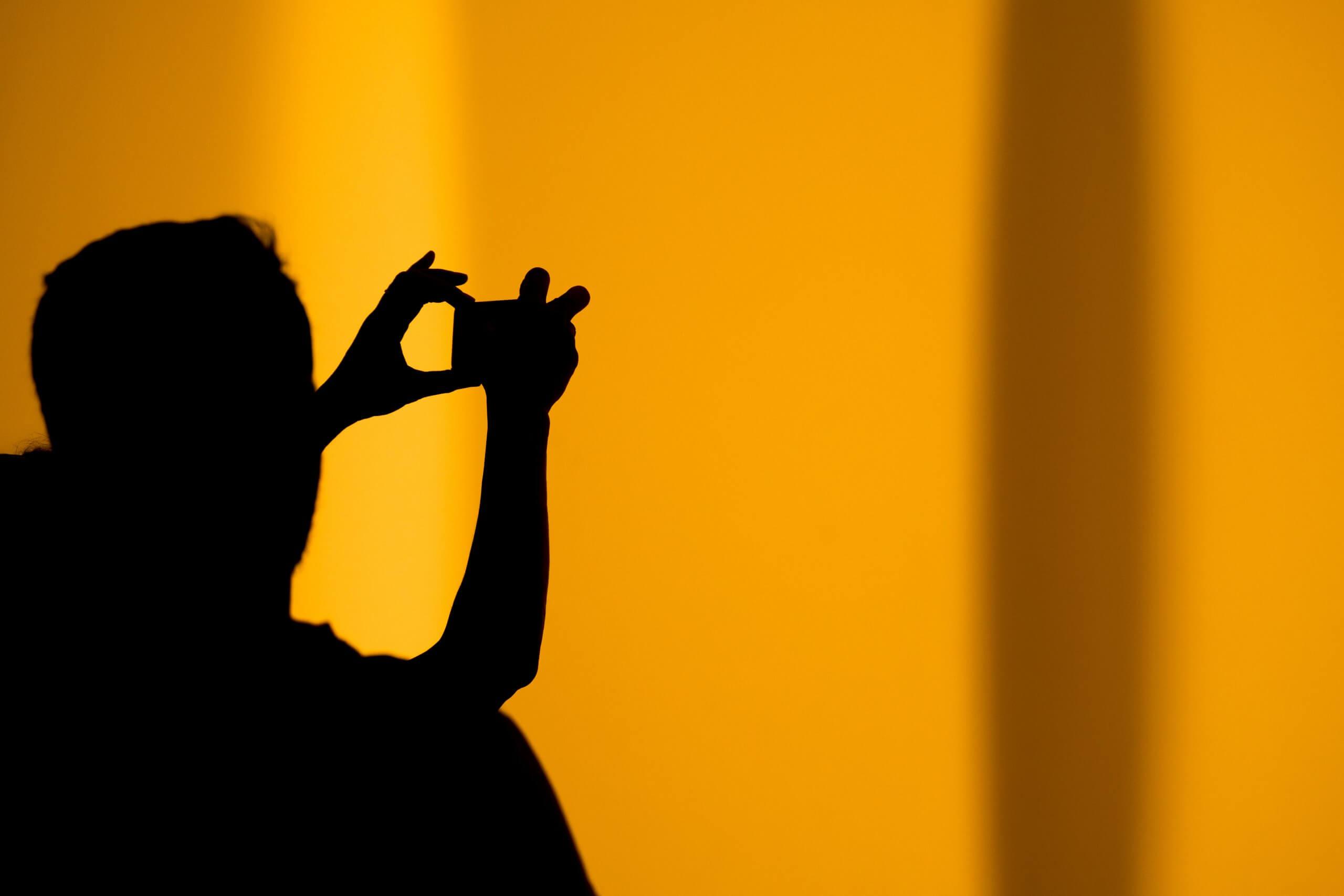 Mężczyzna fotografujący smartfonem