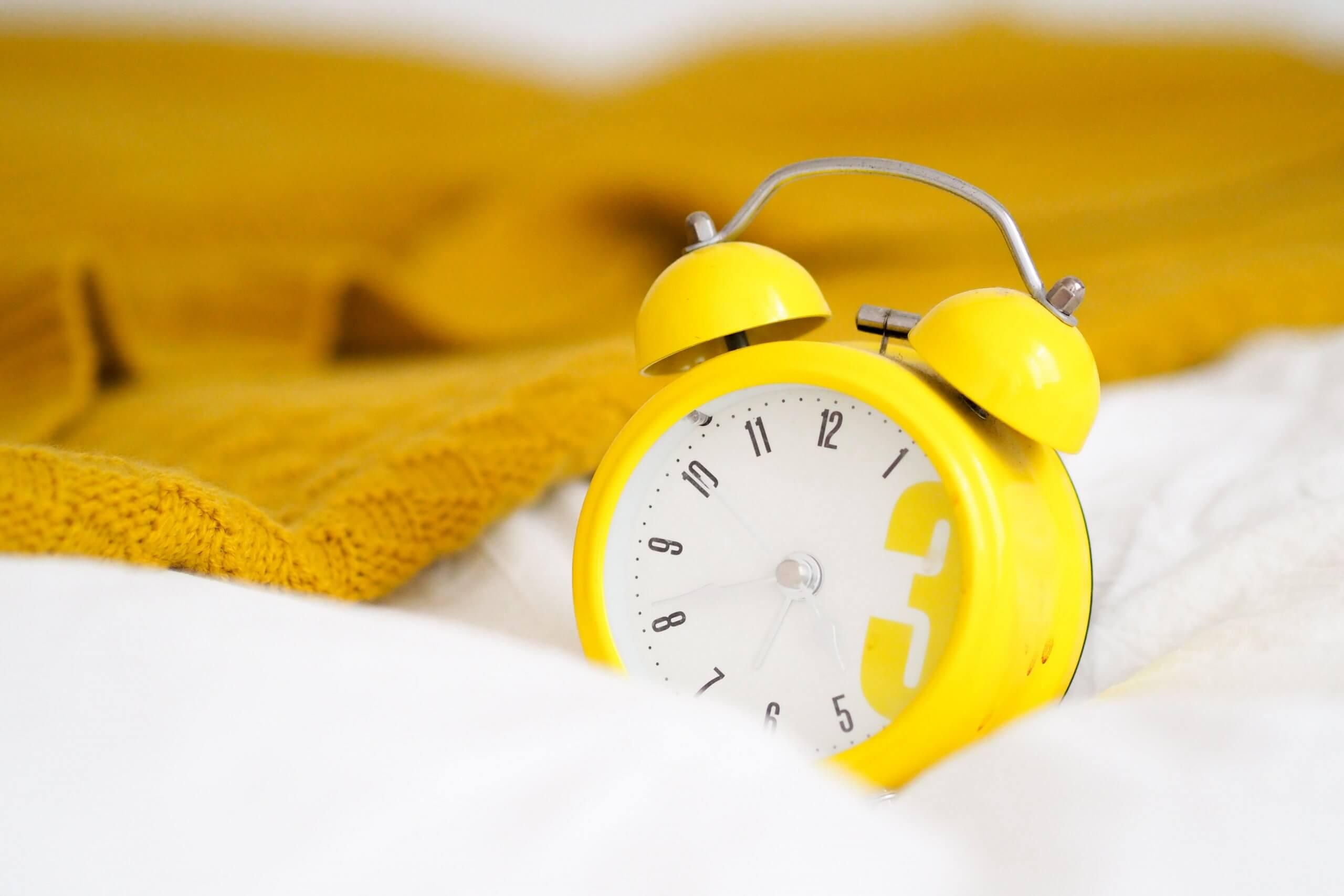 żółty budzik